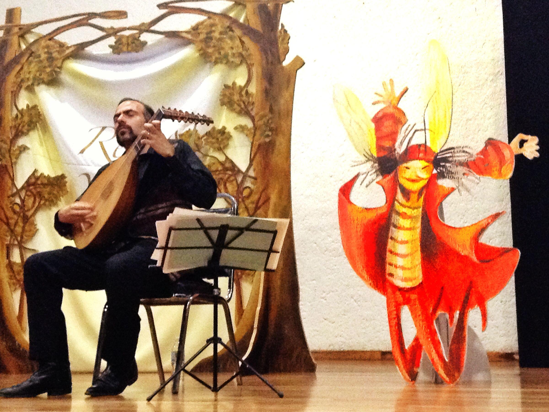 Esposo tocando música para una libélula.