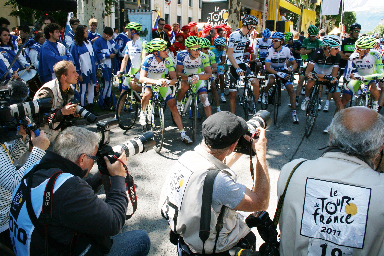 Gap. Tour de France 2011. Séance photo sur la ligne avant le départ vers Pinerolo (Italie). #myhautesalpes #tourismepaca  Photo Pat.Domeyne/CG05-2011