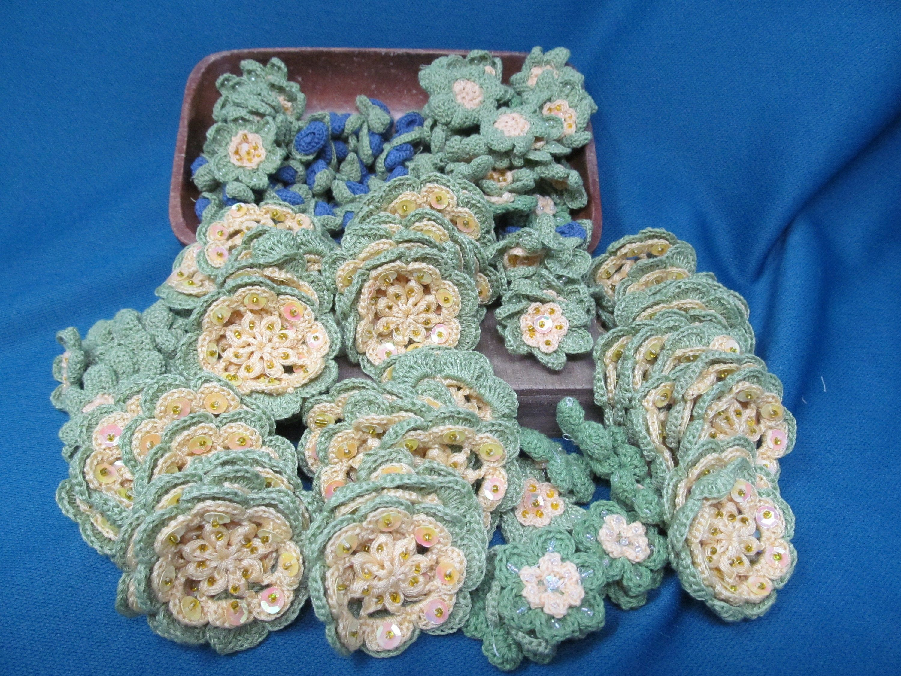 200 Piece Lot of Crochet Flowers, Green and Yellow