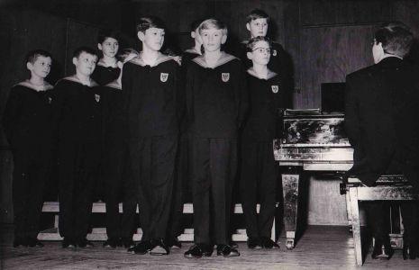 """Wiener Sängerknaben (Vienna Choir Boys) mit Arno Argos Raunig    """"Vor langer langer Zeit im Duett mit Walter Bachkönig als Sängerknabensolisten. Und wie es das Schicksal so wollte haben wir später - er als Kontrabassist und ich als noch immer Sopranist - viele Barockkonzerte miteinander bestritten. In Deutschland in Polen und - kaum zu glauben - sogar in Österreich."""""""