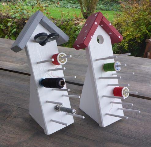 Tisch-Garnrollenhalter Zur Aufbewahrung von Garnrollen und Spulen. Auf der Rückseite Platz für Kleinteile.