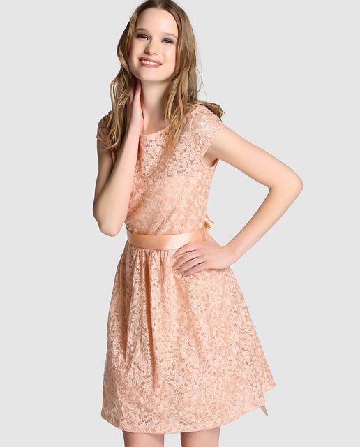0700a98549d7 Vestido corto en color nude con bordado de flores. Tiene manga corta, lazo  de