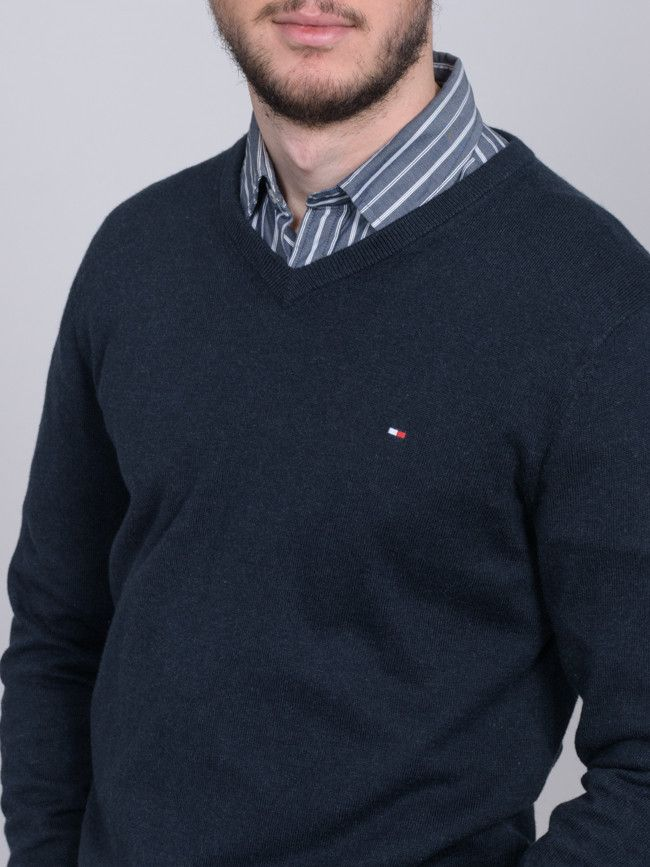 529e570ecd Ανδρικό πουλόβερ TOMMY HILFIGER με V λαιμόκοψη σε μπλε σκούρο χρώμα ...