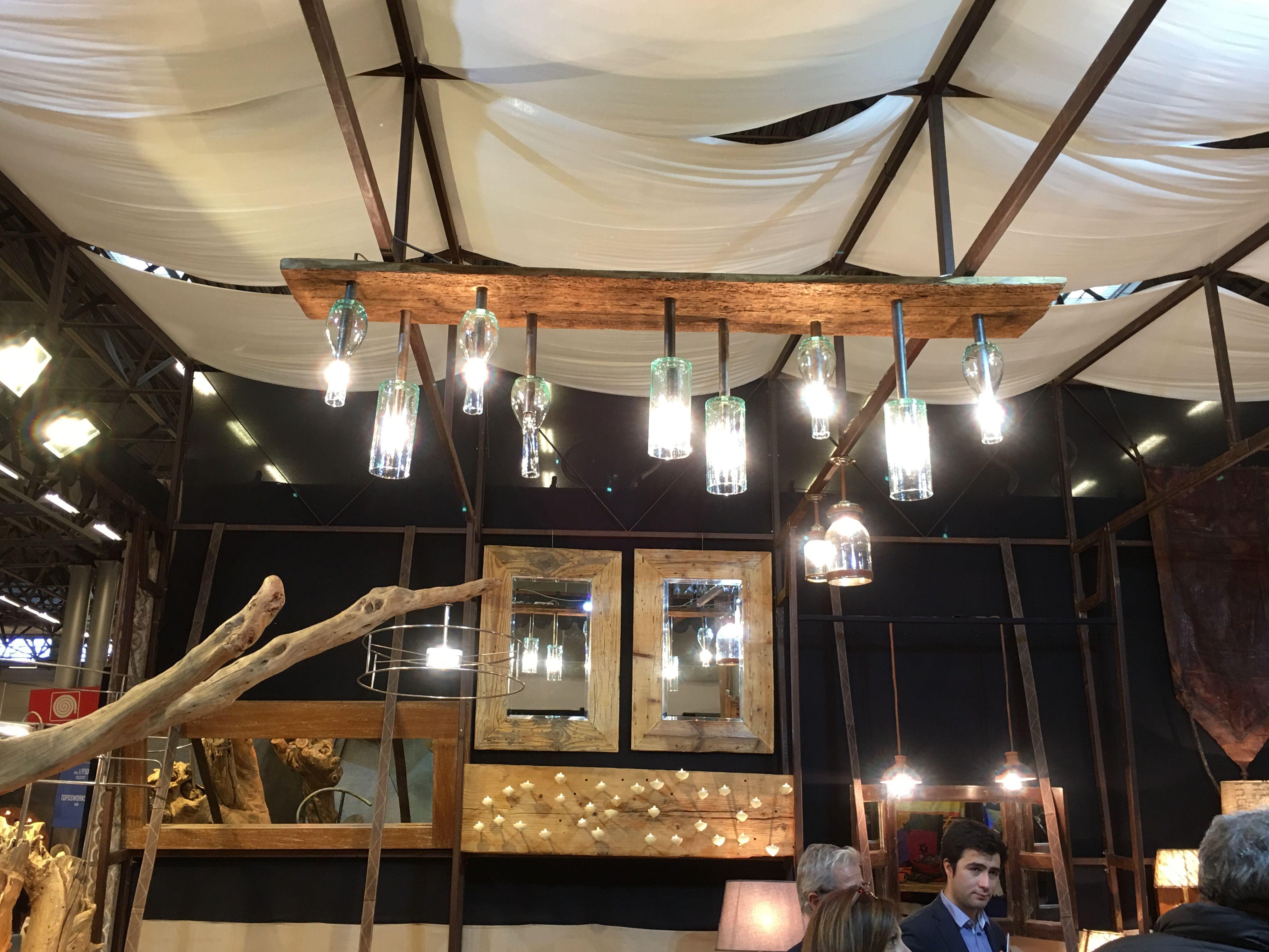 Planche En Bois Deco lampe vases et bouteilles sur planche de bois. | maison et