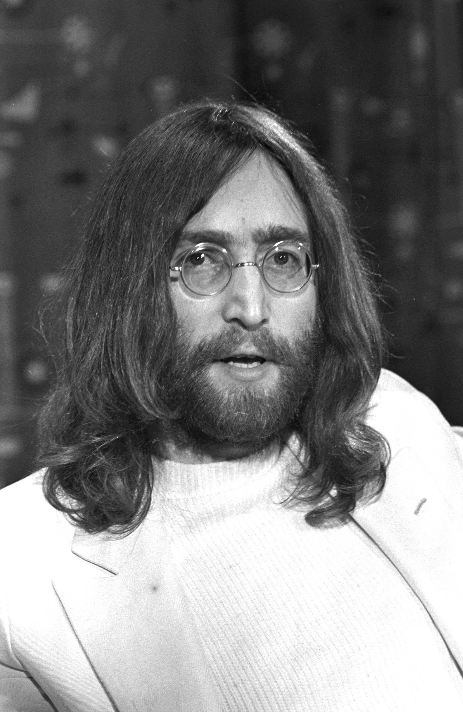 John Lennon 1969 London Heathrow Airport (Photo by Chris Walter/WireImage)  | ビートルズ, ジョンレノン, 写真