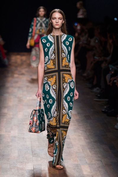 Imagem de http://www.savoirflair.com/files/thumbs//files/images/news/2014/09/30/thumbs_h600/Valentino-Spring-2015-Collection-15_600px.jpg.