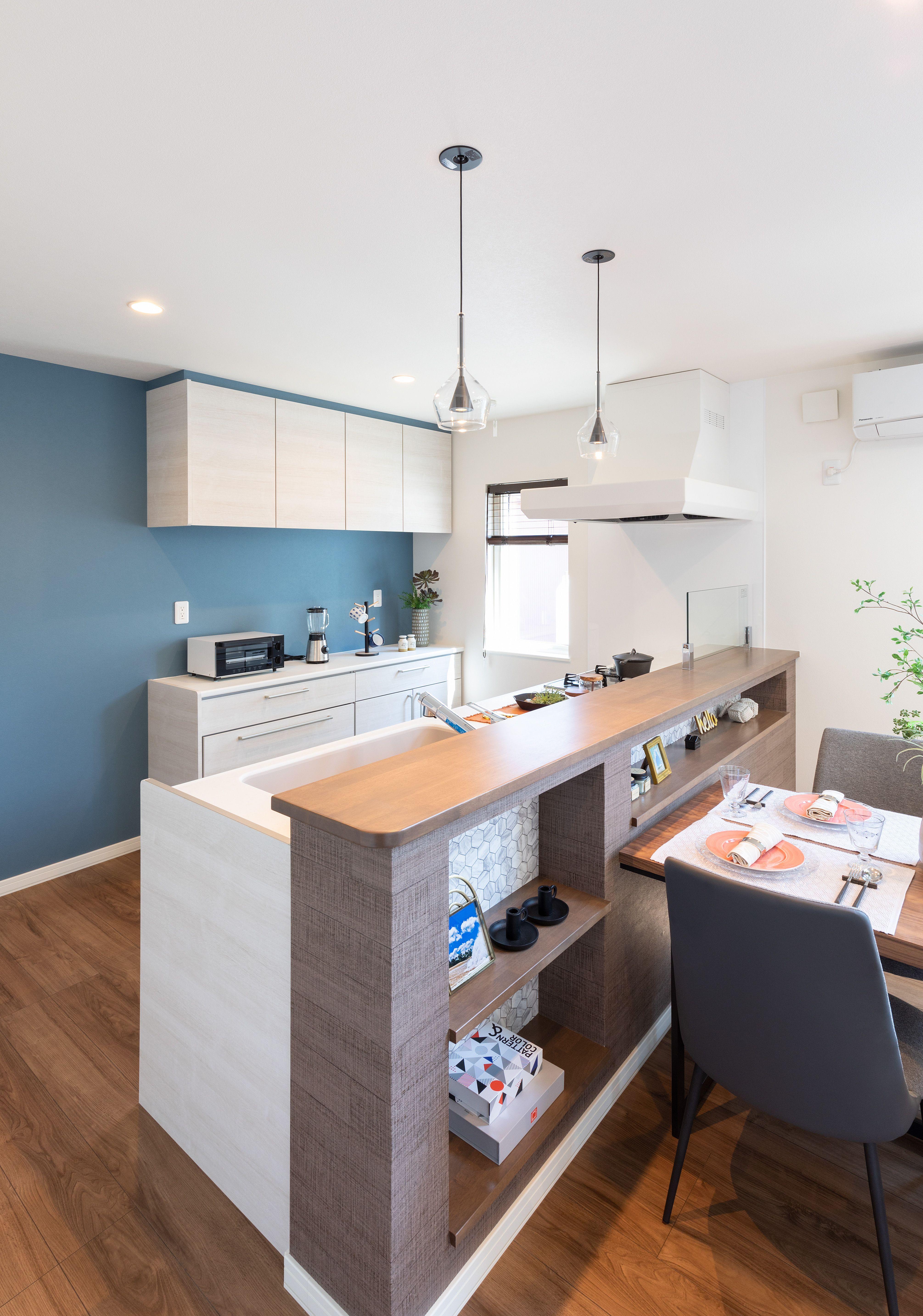 キッチンの壁はブルーグレー カフェ風のダイニングテーブルとチェアを