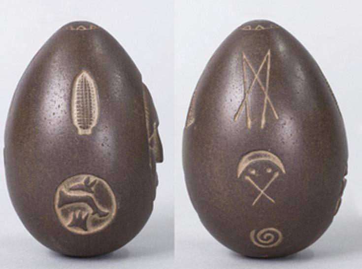 El misterioso huevo de piedra mide aproximadamente 4 pulgadas (10.2 ...
