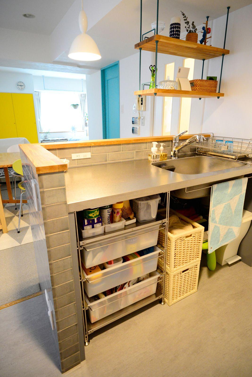 セミクローズだったキッチンの壁を取り払い 視界が抜けるオープンな 型キッチンへ 無印良品のワイヤーラック下部は 備蓄品やゴミ箱もスッキリ収納でき 使いやすさも抜群 キッチン ステンレス 収納 造作キッチン リノベーション キッチン リノベーション