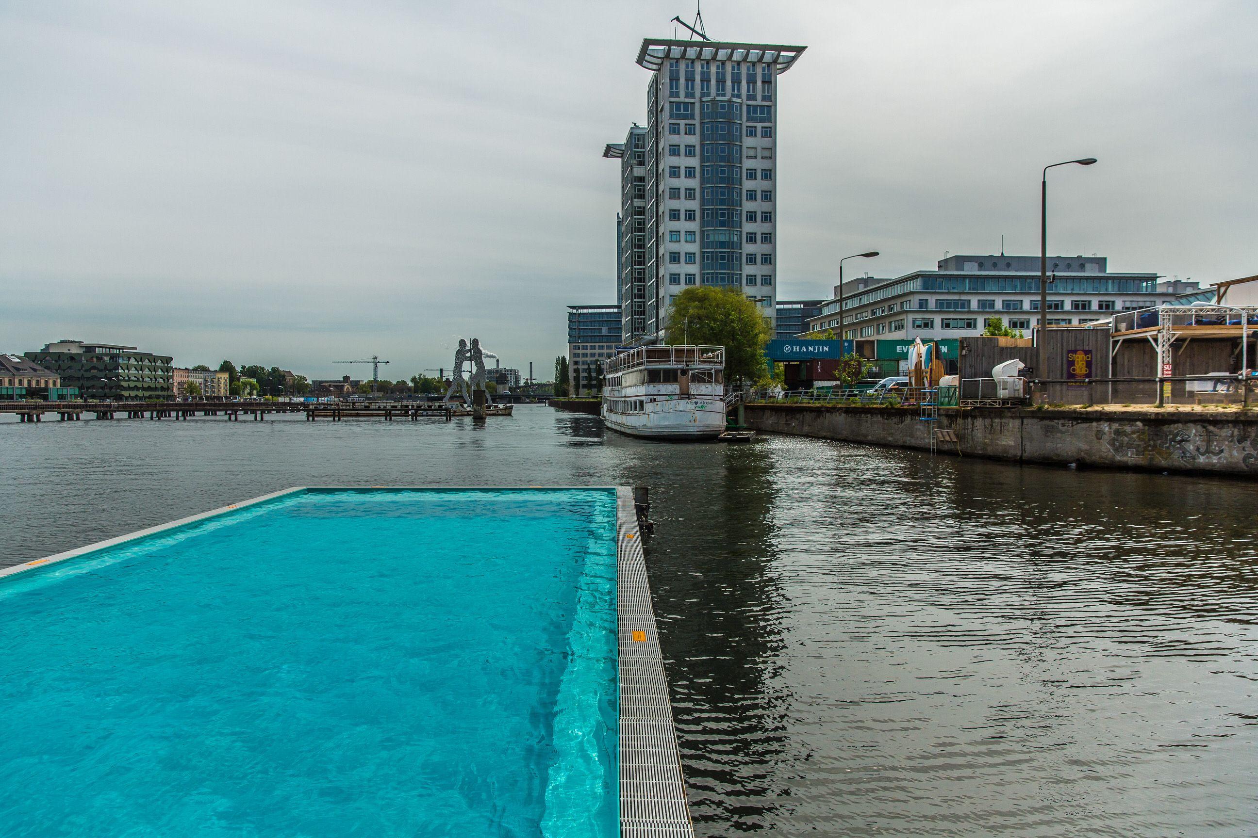 Flussschwimmbad in der Spree urbanes Erholungsgebiet Stadtstrand 1500qm Eventfläche für Corporate Events