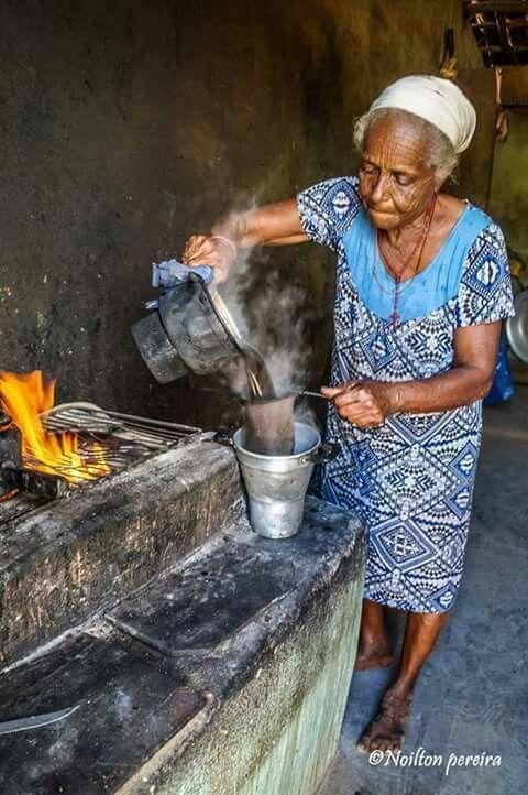 Abuela colando café. Quieres ? | Estufas de leña, Cuadros de animales,  Cocina a leña