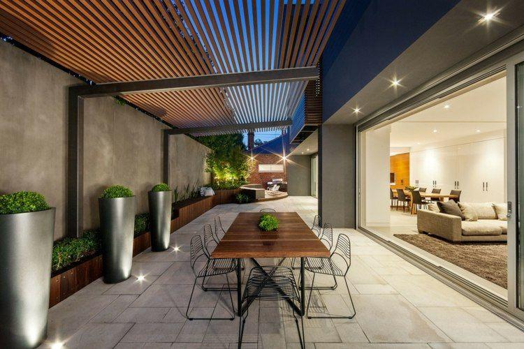 Überdachung mit Holzlatten über dem Innenhof bauen