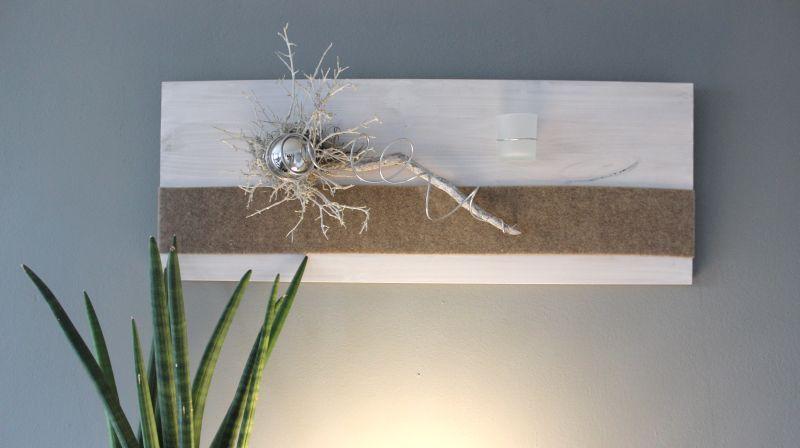 Marvelous WD u Zeitlose Wanddeko Holzbrett wei gebeizt nat rlich dekoriert mit Filzband einer Edelstahlkugel