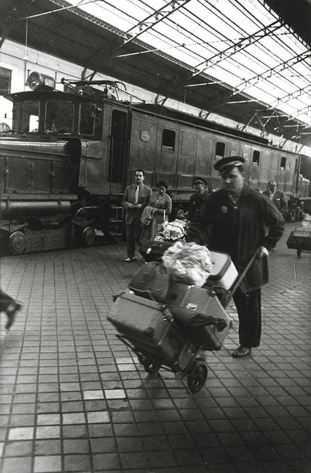 RM-Estación del Norte (Madrid). Mozo cargando con maletas. Años 1940-1950