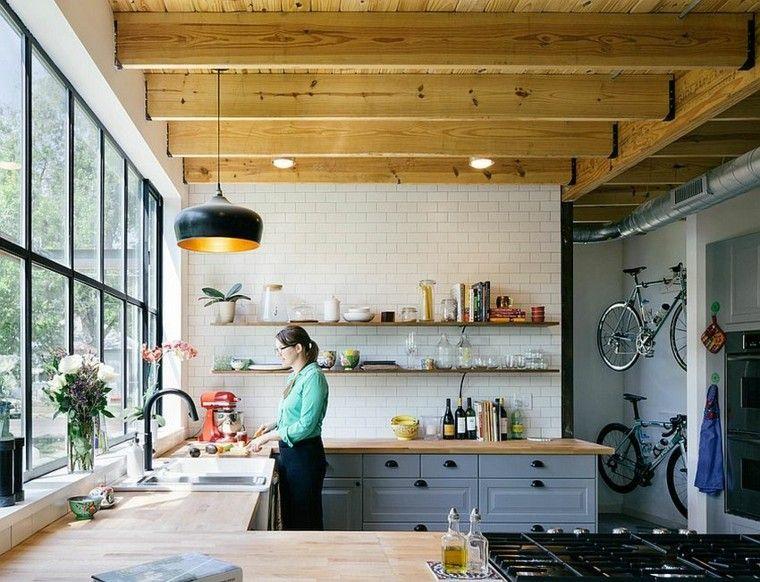 pared de losas blancas y estantes de madera en la cocina con