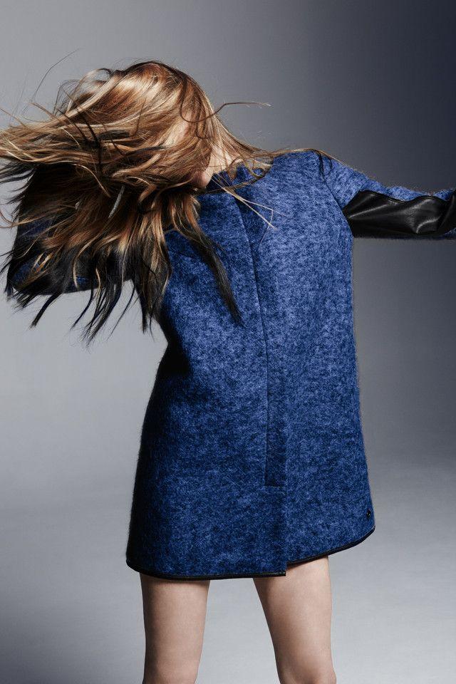 Abrigo azul vaquero y cuero negro U Adolfo Dominguez catalogo otono invierno 2013 2014