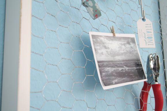 DIY Memoboard: Alter Rahmen, an dem Kaninchendraht getackert wurde.