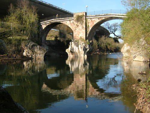 Puente en Ganzo sobre el rio Saja . Cantabria