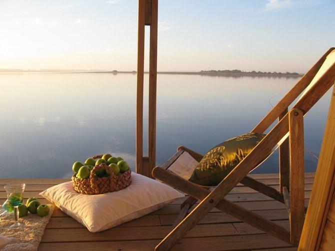 Cada uno de los cuartos son casitas independientes que flotan de frente al agua y desde cuya terraza puede uno pegarse un chapuzón.