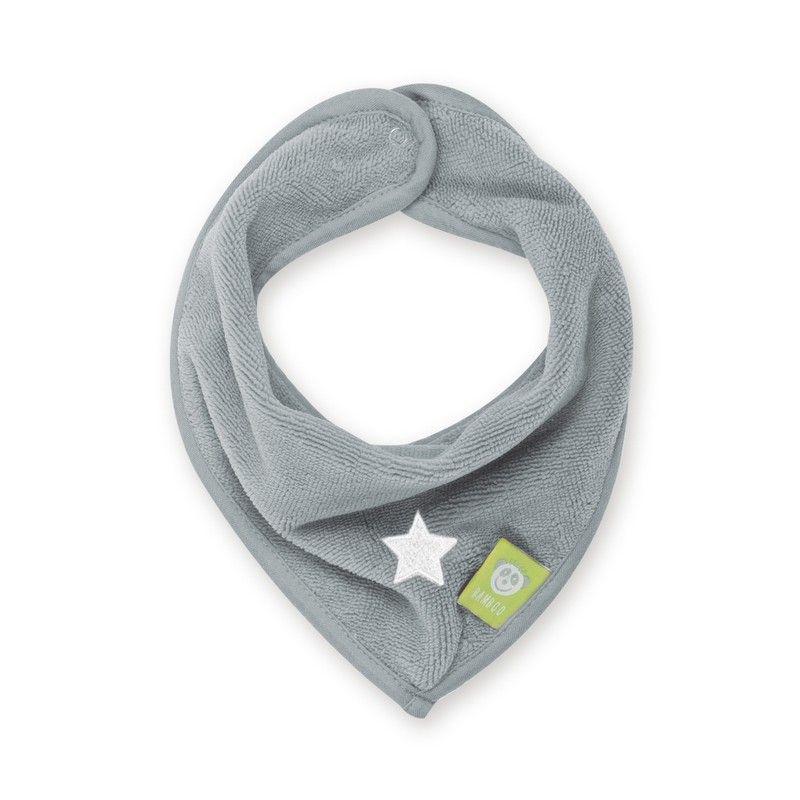 Een licht grijze bandana of zever slabbetje vervaardigd uit bamboe van het merk Bemini. Dit praktische slabbetje is niet alleen praktisch maar geeft ook een stijlvolle look aan uw kindje. deze banadana heeft een printje van een witte ster. Sluiting met een druk knoop.