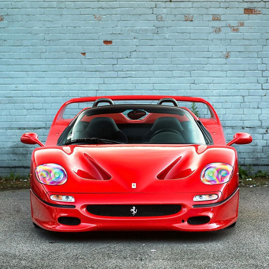 F50 - BETWEEN THE WHITE LINES : Photo