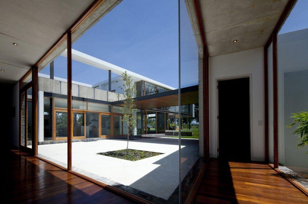 Casa 2v diez muller arquitectos tecno haus casas for Casas con patio interior