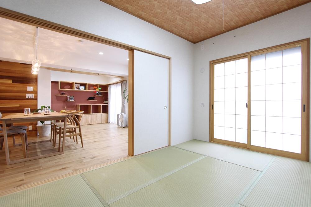 窓にインプラス ワーロン アクリル の障子 天井には竹を編んだよう