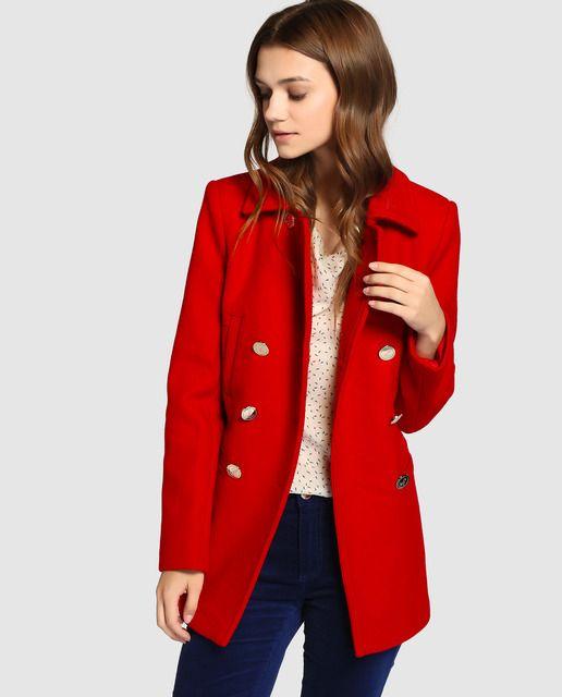 Abrigo de estilo marinero en color rojo. Tiene cierre cruzado de botones  dorados y cuatro bolsillos de ojal. b1eabf96d599