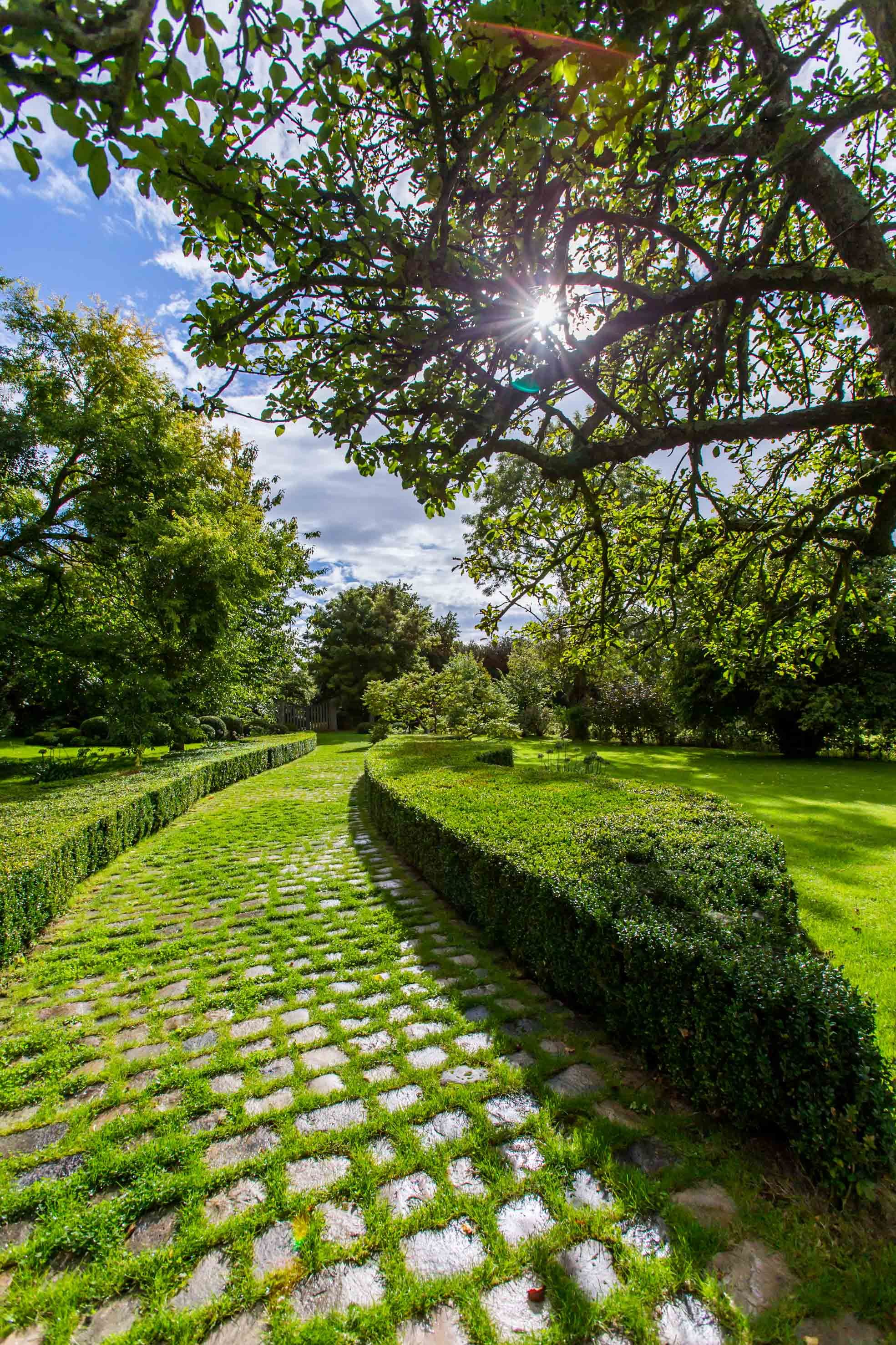 Jardin Cottage Du Domaine D Ablon Allee Pavee De La Petite Chaumiere Www Domainedablon Com Pavage De Jardin Allee Pavee Allees Jardin