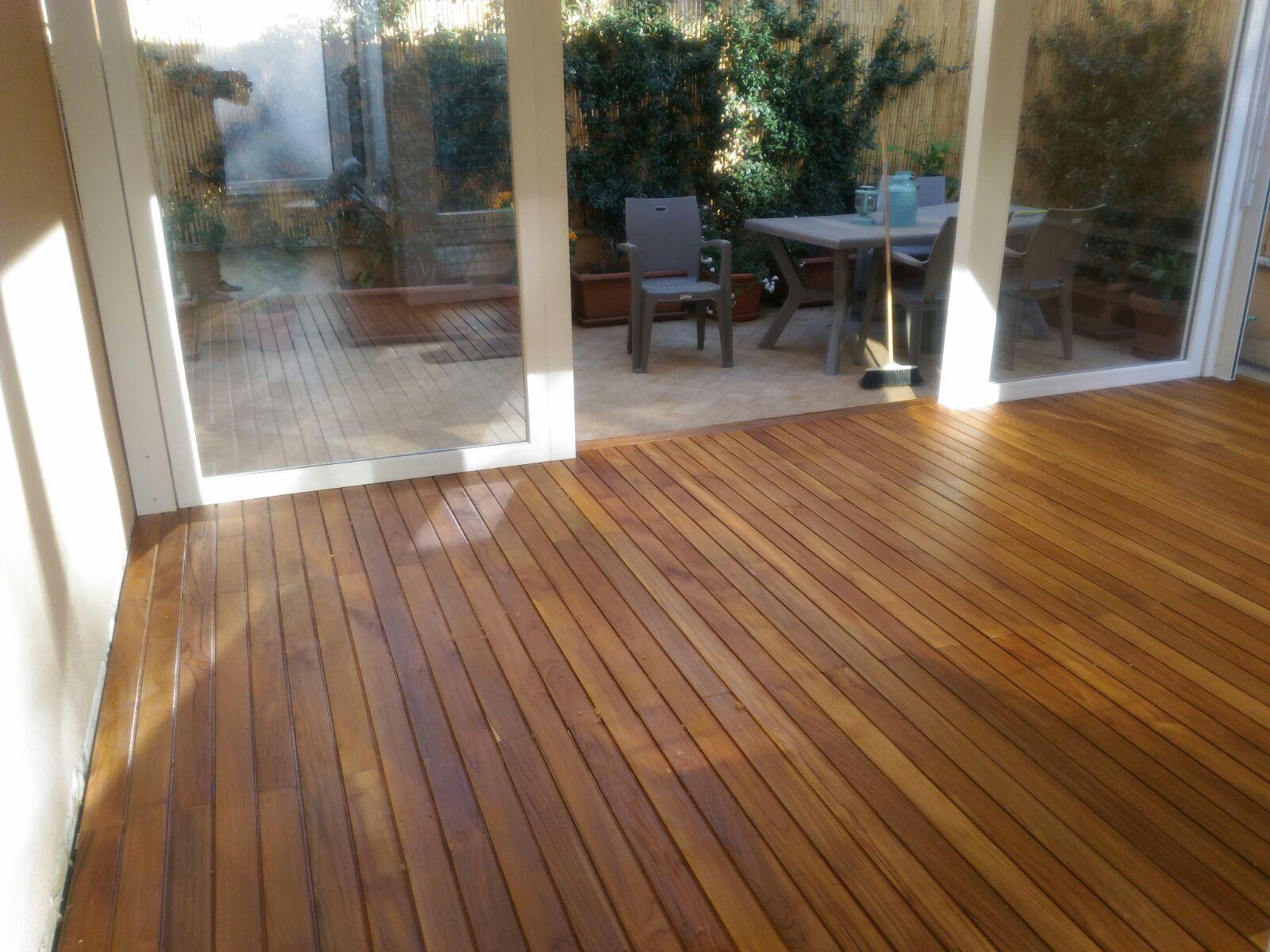 Pavimenti In Legno Per Terrazzi decking in teak posato su struttura in alluminio e supporti