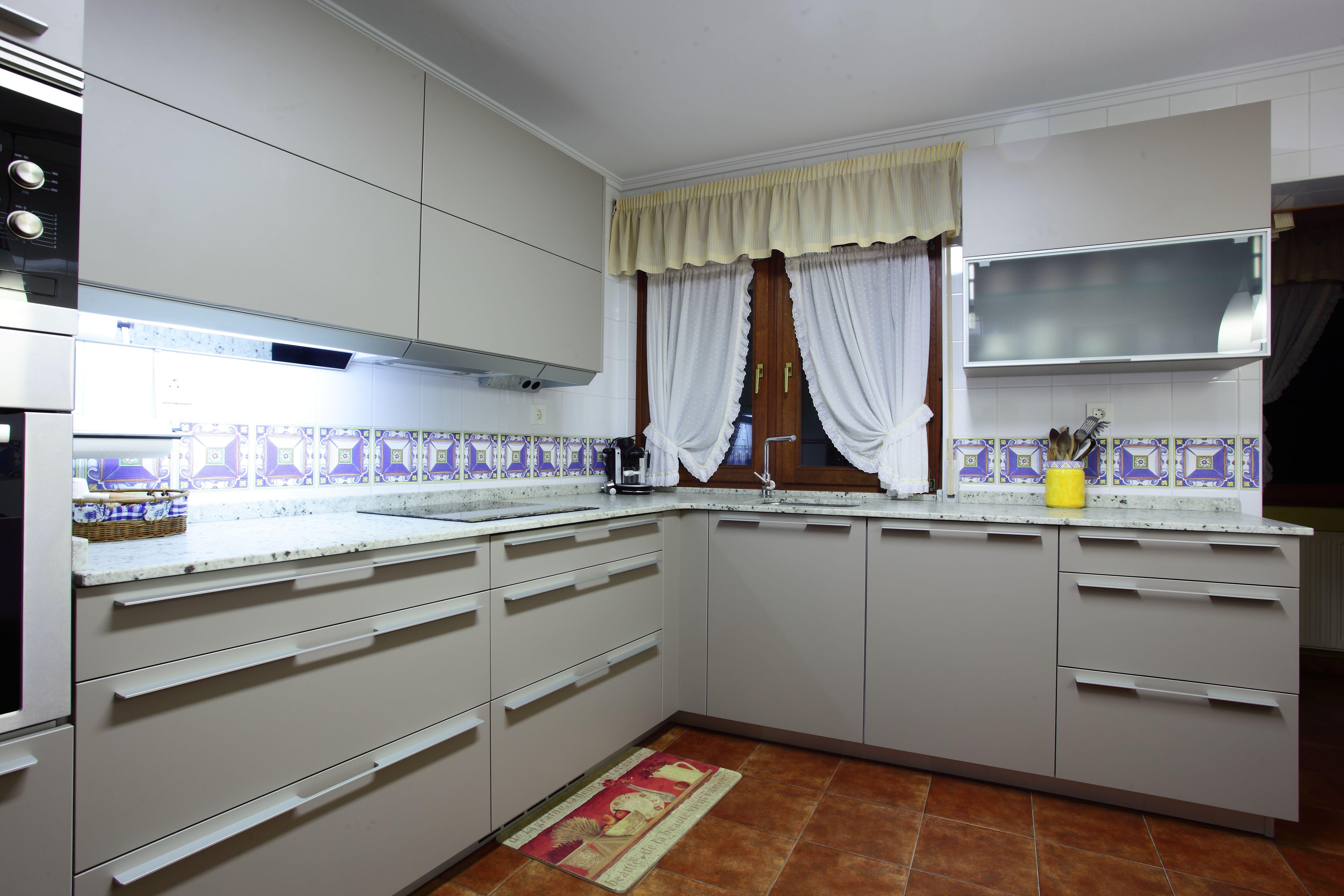 Cocina Santos Ariane Gris Arena Tirador 294 Aluminio A Medida  # Muebles Cocinas Soinco
