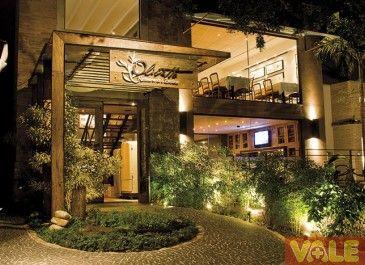 Ladrillo y madera fachada rustica de restaurante for Restaurantes modernos exterior