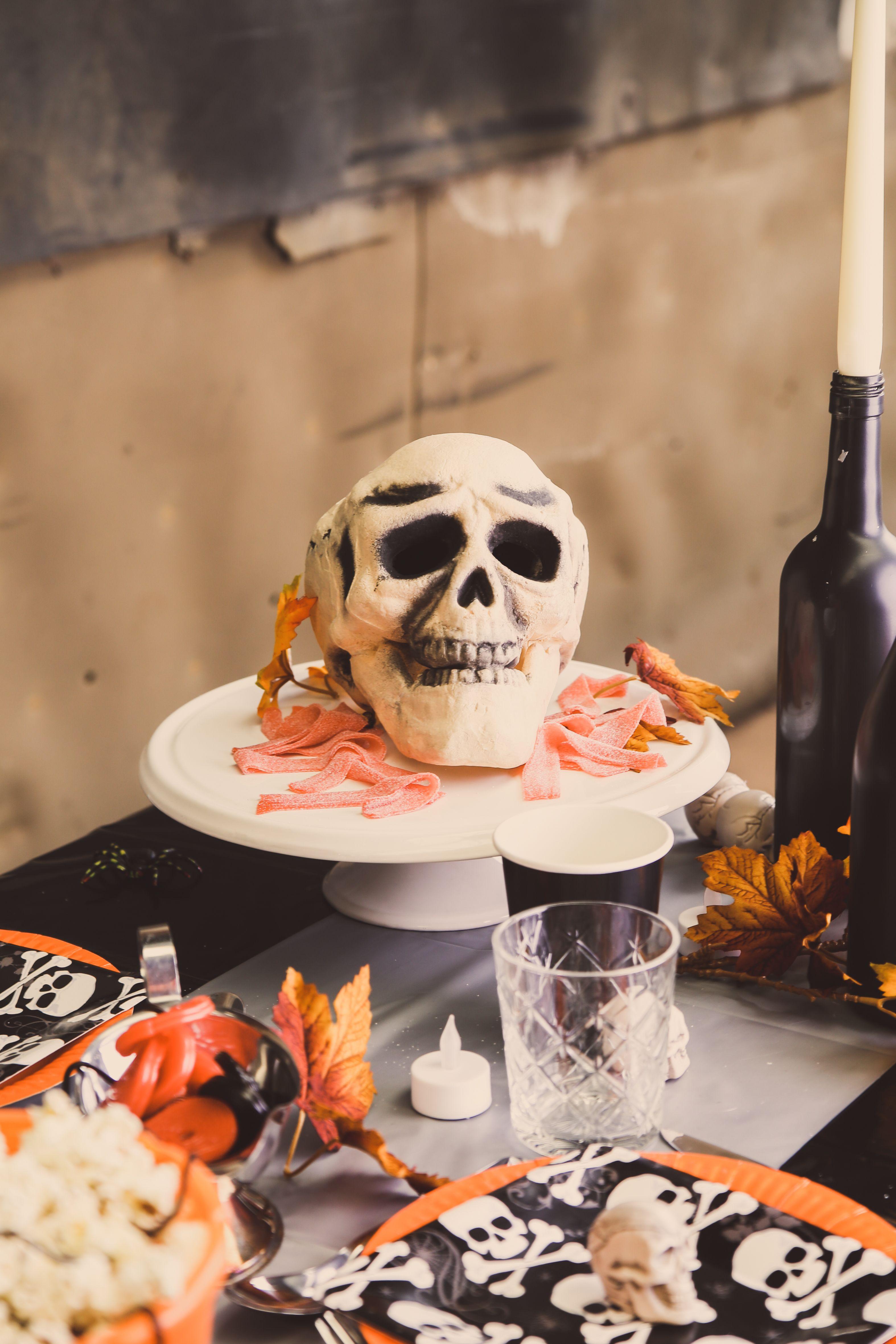 Halloween Decoratie Kopen.Tafeldecoratie Met Schedels Voor Halloween Een Oranje Gezellige Aankleding Met Decoratie En Skulls Knutselen Halloween Halloween Decoratie