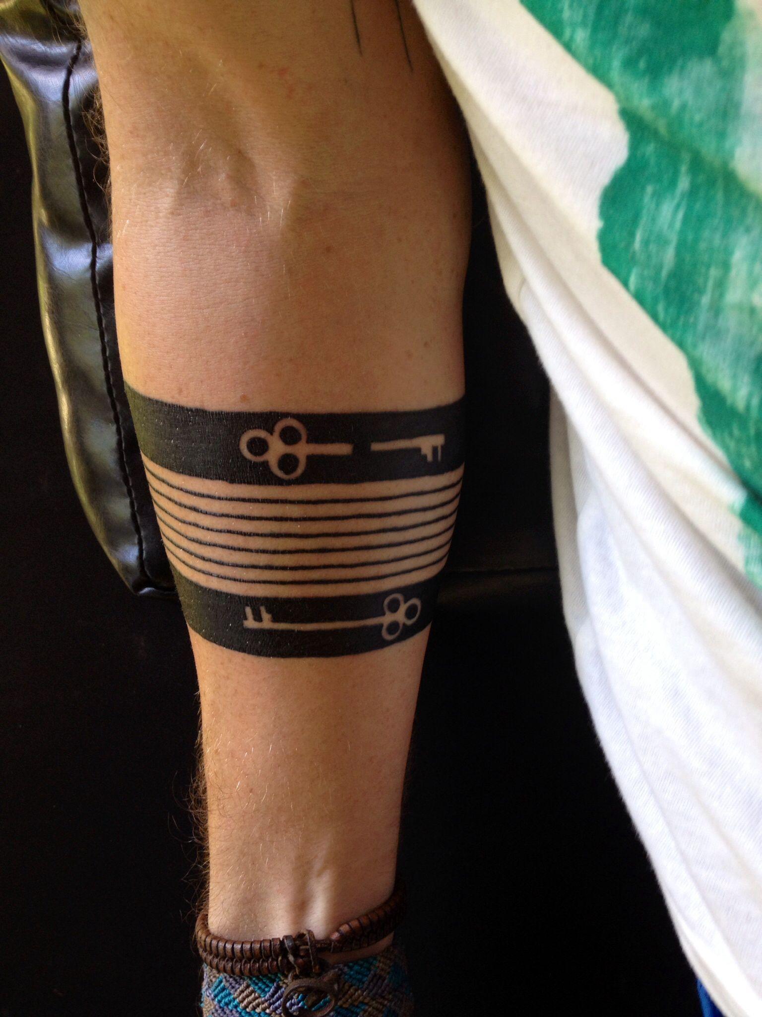 tatuaje de anillo en el brazo
