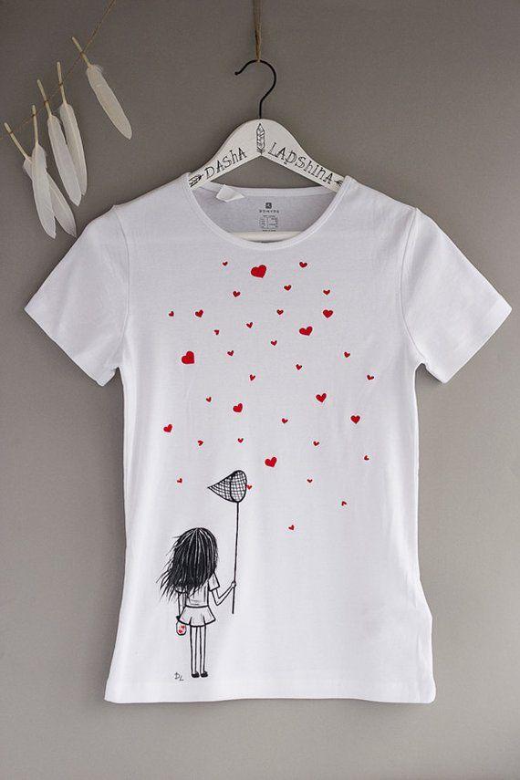 T-shirt femme noir et blanc peint à la main: l'amour est un cadeau parfait pour vos proches et vous-mêmes! Joli t-shirt avec une fille qui essaie d'attraper son véritable amour donnera à vous ambiance romantique:) TAILLES XS et L sont prêt à partir!