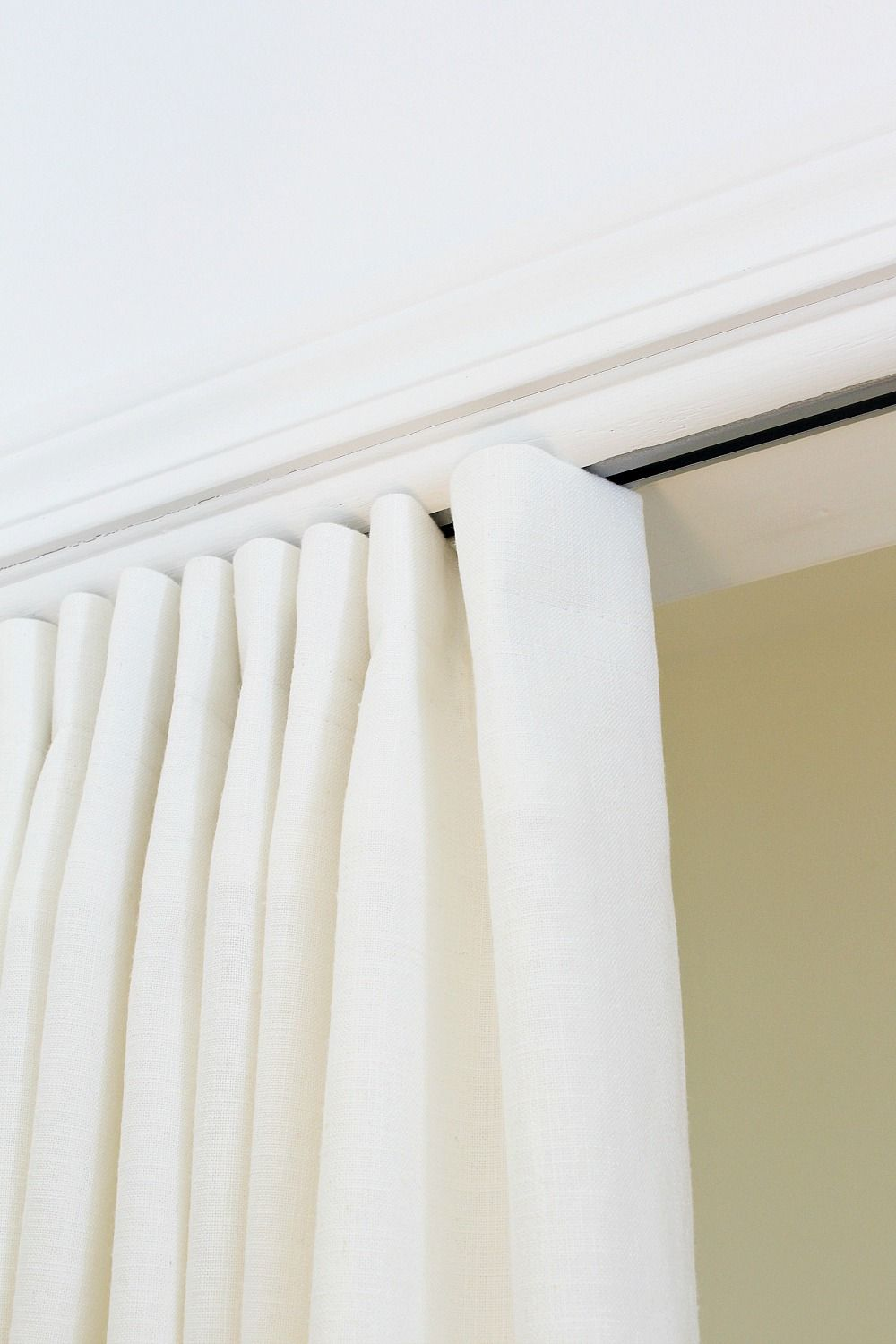 Simple Diy Curtain That Hides A Track How I M Hiding My Closet Gym Dans Le Lakehouse In 2020 Diy Curtains Curtains For Closet Doors Closet Curtains