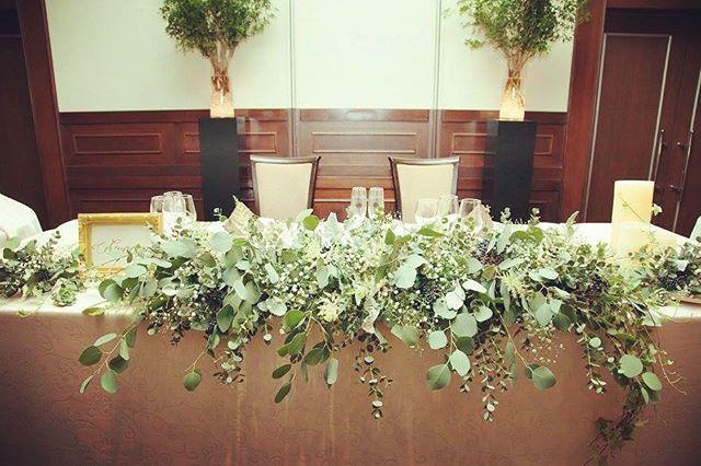 テーブル装花は各テーブルと同じグリーン多めで多肉、実