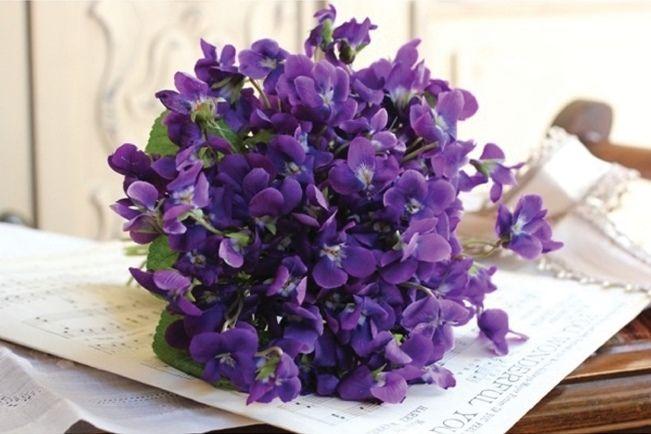 Sweet Violet Bride - http://sweetvioletbride.com/2013/05/wedding-flower-inspiration-violets/