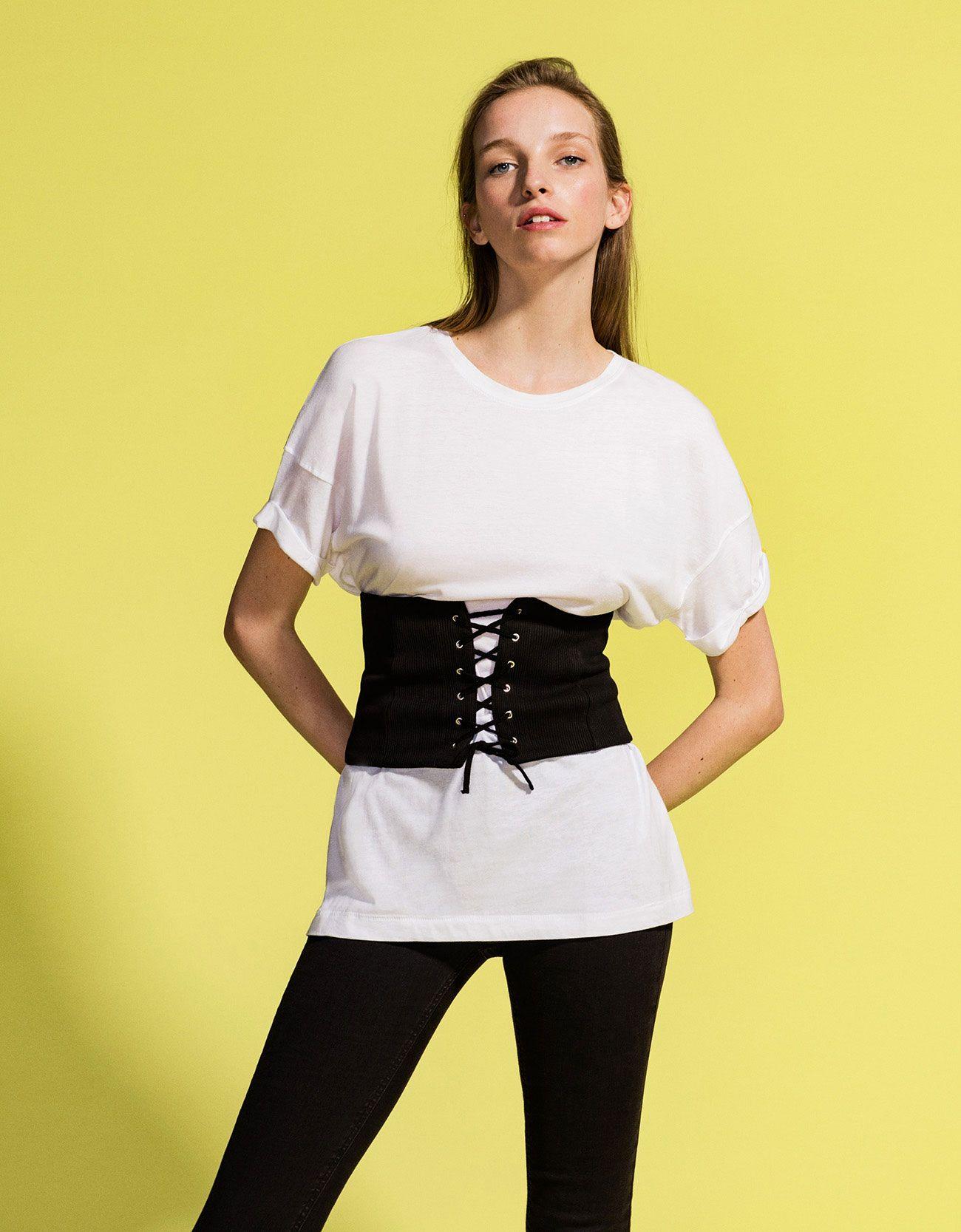 f5c6fa58b7d Corset canalé. Descubre ésta y muchas otras prendas en Bershka con nuevos  productos cada semana
