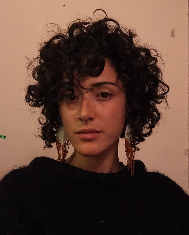 A Imagem Pode Conter 1 Pessoa Close Up Short Curly Hair Hair Styles Short Hair Styles