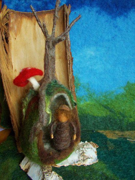 Jahreszeitentisch - Waldorf gefilzt Eichelmännchen mit Höhle - ein Designerstück von Puppenprofi bei DaWanda