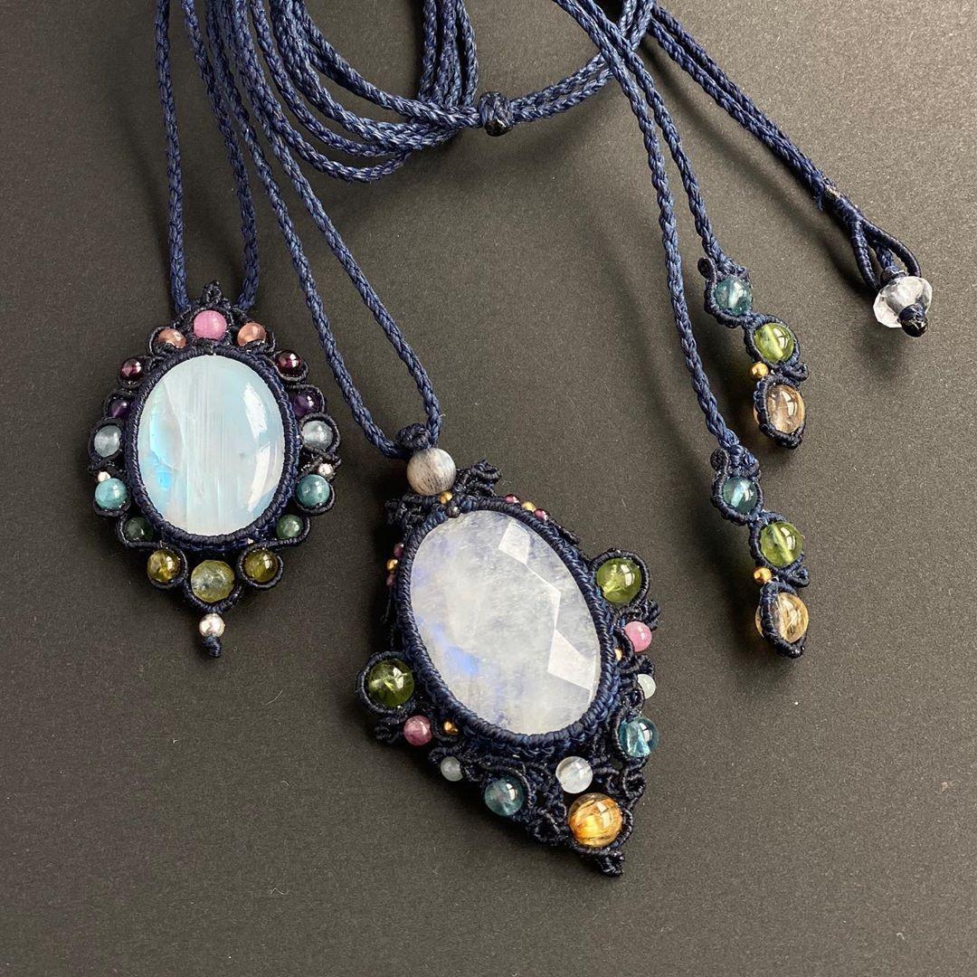 "@melo_mochico on Instagram: ""#whitelabradorite #rainbowmoonstone #macramenecklace #handmadeaccessory #stonejewelry #bohochic"""