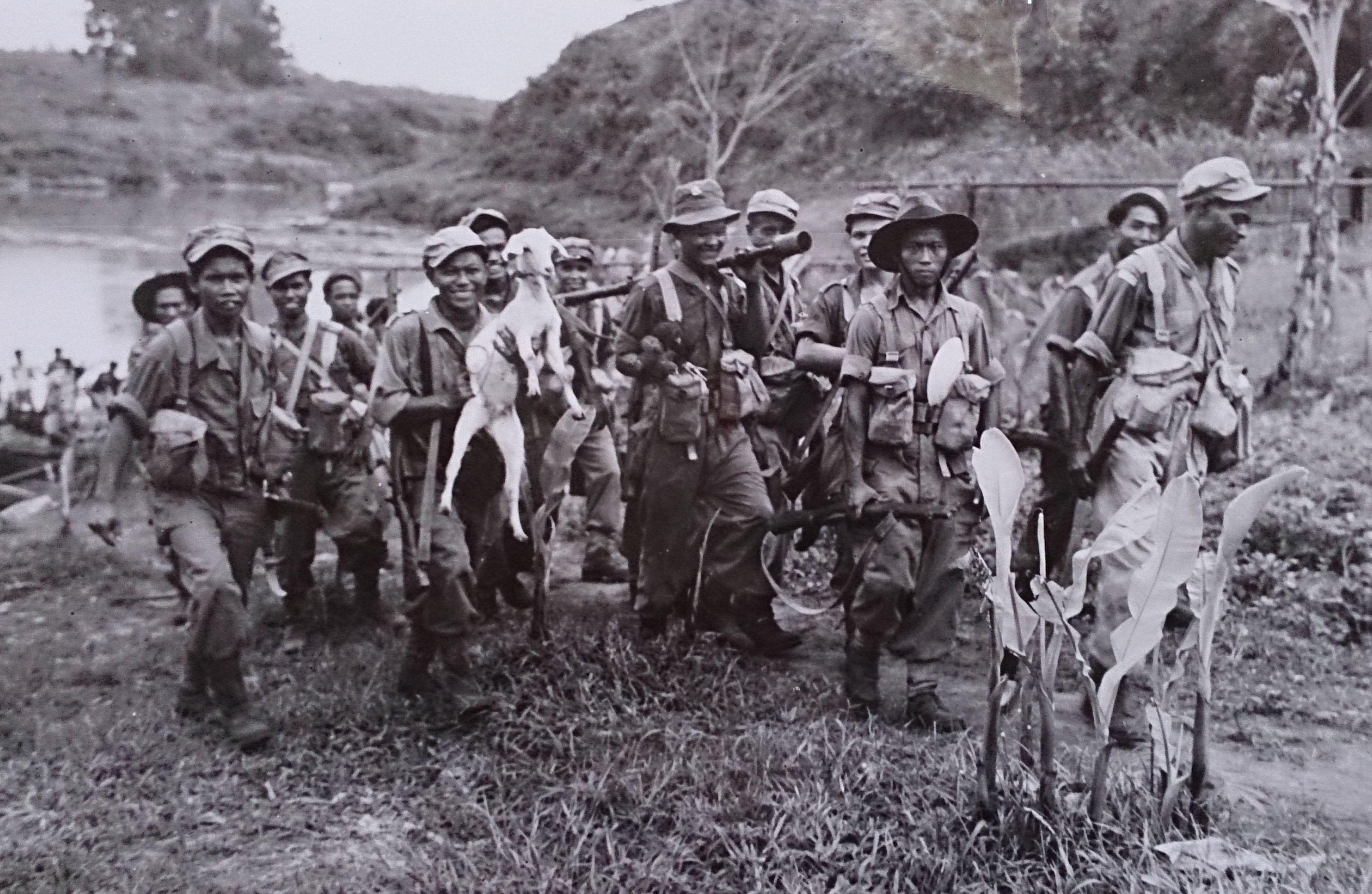 Manschappen Knil Voeren Chinezen Weg Uit De Handen Van De Tni Serpong Java 1946 Nederlandse Koloniale Indisch Leger Indie