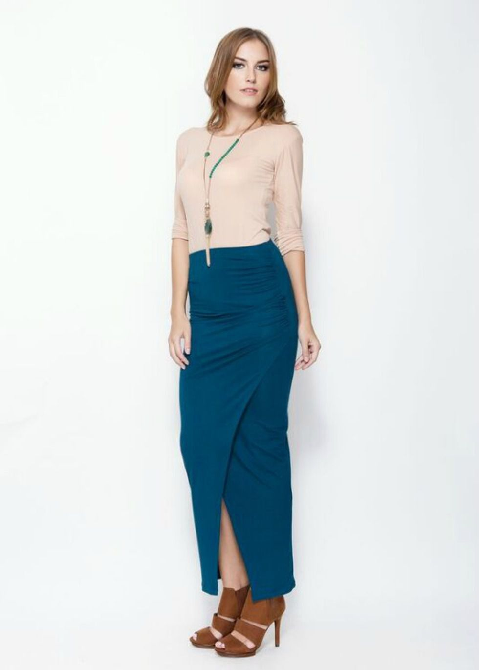 - Emerald very stretch fabric - Split hem, opening at the front - Slim fit - cut close to the body - Unique Size: can fit from size XS to XL - Exist in Emerald or Black color - No linned - Machine wash