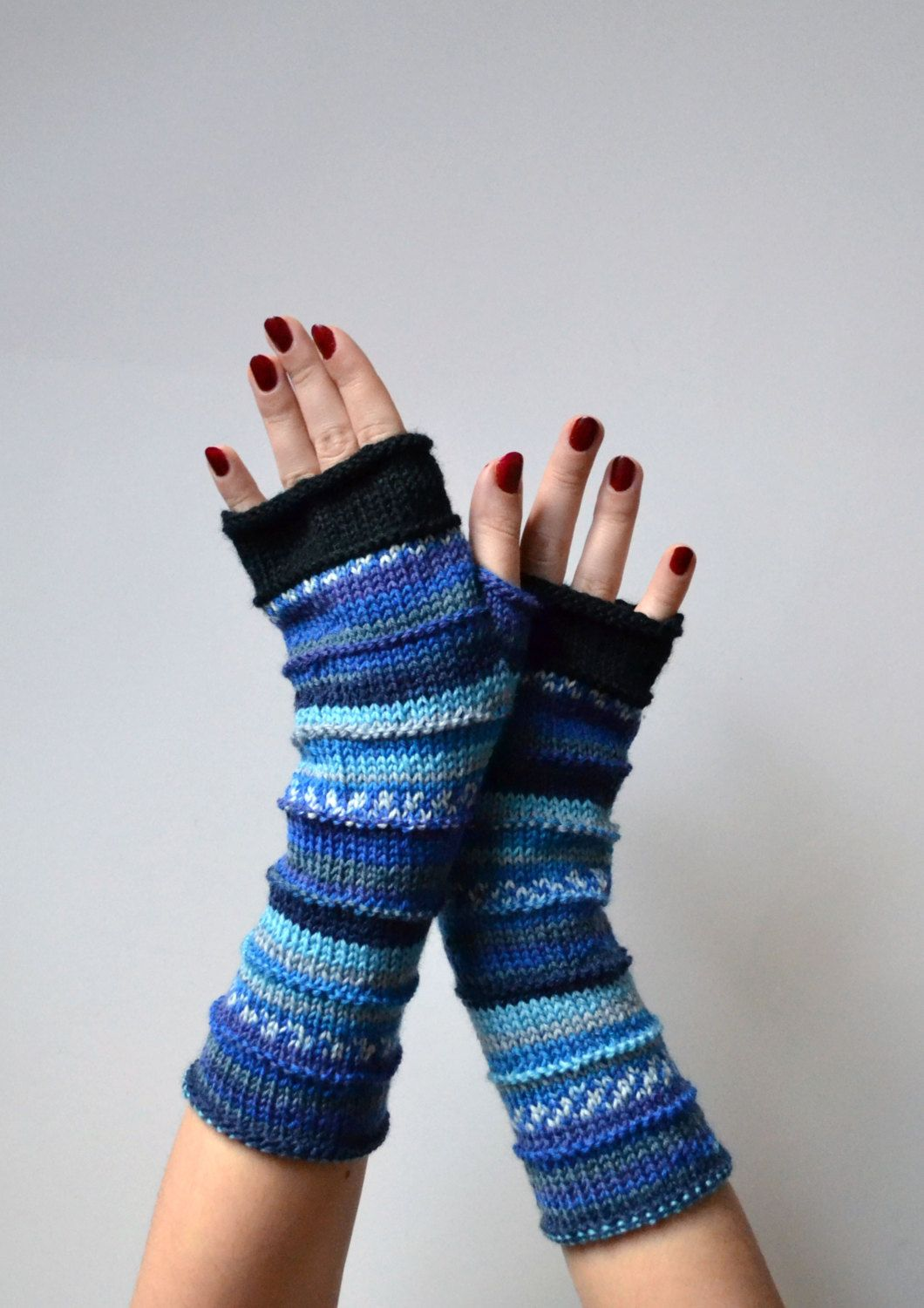 These fingerless glovesare hand knit and feature a classic stripe pattern in a great color combination for fall.  Made from 100% merino wool, their naturally insulate properties will keep you toasty in the cooler months!  Fingerless gloves offer you the best of both worlds: frostbite-free hands without the bulk of traditional gloves. Theyre perfect for typing, driving, crafting, or whatever the case may be!   Colors: Black White Blue Navy blue   The gloves are very soft and cozy. They are 9…
