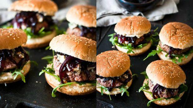 Máme pro vás recept na pořádný domácí burger. Tentokrát je jako nejdůležitější ingredience použita marmeláda z červených cibulí. Tato marmeláda je sama o sobě chuťově naprosto neodolatelná a pokud se zkombinuje s nivou, rukolou a kvalitním hovězím masem, vznikne jednoduše geniální burger.