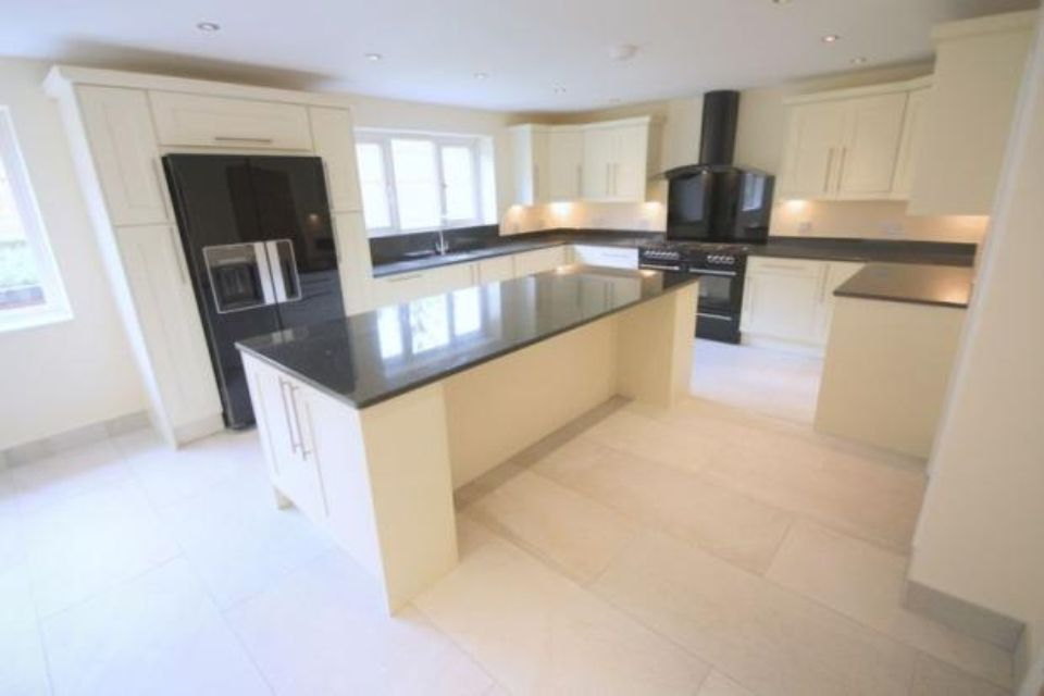 Cream kitchen units with black surfaces work tops tiled for Black and silver kitchen ideas