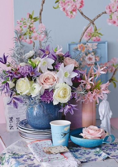 Farbenfrohe Fruhjahrsstrausse Zarte Fruhbluher In Lila Table