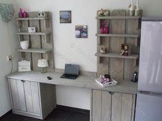 Een prachtige bureau kast met 6 planken de onderkasten zijn voorzien