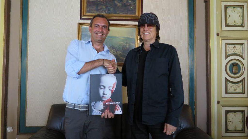 De Magistris incontra l'artista austriaco Gottfried Helnwein: presto a Napoli una sua personale